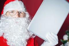 claus komputerowy mienia laptop Santa Zdjęcia Stock