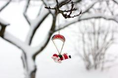 claus santa En toy p? entree med porslin Jultomte och gran - tree Julgranleksak Julgranleksak i wintergardenen royaltyfri fotografi