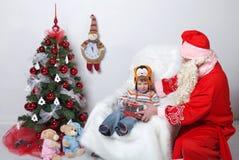 claus santa FaderChristmas önska av barn på julgranen På en vit bakgrund Arkivbilder