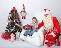 claus santa FaderChristmas önska av barn på julgranen På en vit bakgrund Arkivfoto