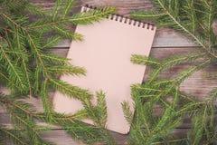 claus wiadomość Santa Bożenarodzeniowe jedlinowe gałąź na drewnianej desce z pustym notatnikiem Boże Narodzenia lub nowy rok rama Fotografia Stock