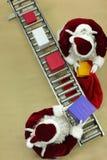 Clauses de Santa fonctionnant à la bande de conveyeur dans l'usine de Noël Photographie stock