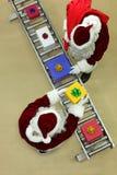 Clauses de Santa fonctionnant à la bande de conveyeur dans l'usine de Noël Photos stock