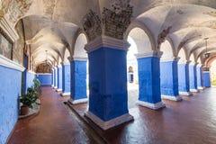 Claustro azul em Santa Catalina Monastery foto de stock