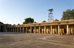 Claustro Colonnaded do túmulo histórico de Mehmud Begada, sultão de Gujarat na mesquita de Sarkhej Roza Imagem de Stock Royalty Free