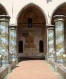 Claustro da basílica de Saint Chiara de Nápoles com as colunas decoradas e coloridas da cerâmica Italy Imagem de Stock