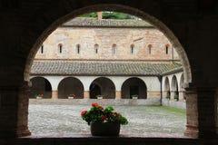 Claustro de la abadía de Chiaravalle, Fiastra, Italia Fotos de archivo