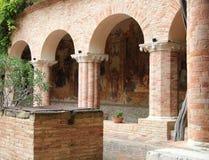 Claustro de la abadía de Chiaravalle, Fiastra, Italia Imagen de archivo libre de regalías