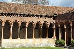 Claustro de una abadía antigua en San Zeno Basilica Imagenes de archivo