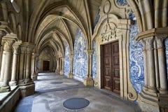 Claustro del catherdal de Oporto, Portugal Es uno de los monumentos más viejos de la ciudad y uno del románico más importante MES Fotografía de archivo libre de regalías