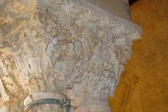 Claustro del monasterio benedictino en la catedral de Monreale en Sicilia Vista general y detalles de las columnas y de los capit foto de archivo libre de regalías