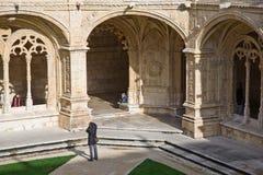 Claustro del monasterio de Jeronimos de la visita de la gente Fotos de archivo libres de regalías