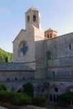 Claustro e iglesia de la abadía de Fontfroide Fotos de archivo libres de regalías