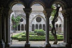 Claustro en la abadía de Fontfroide Fotos de archivo libres de regalías