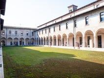Claustro exterior no monastério de Santa Giulia fotos de stock