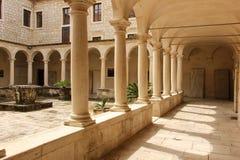 Claustro Igreja de St Francis e de monastério Zadar Croácia fotografia de stock royalty free