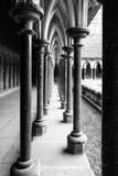 Claustro medieval de la columna en la abadía de Mont-Santo-Miguel, Normandía, Francia Foto de archivo libre de regalías