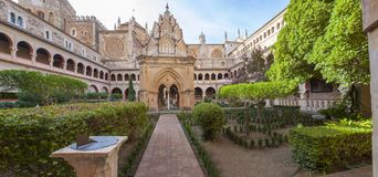 Claustro Mudejar de Guadalupe Monastery com relógio de sol panoramic fotos de stock