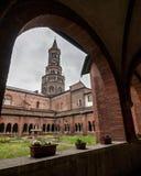 Claustro y campanario de la abadía de Chiaravalle Imagenes de archivo