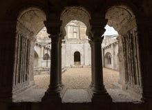 Claustros en la abadía de San Pedro en Montmajour cerca de Arles Foto de archivo