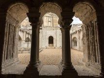 Claustros en la abadía de San Pedro en Montmajour cerca de Arles, Imágenes de archivo libres de regalías