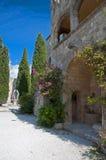 Claustros y adornado bien en la iglesia de Ialyssos Imagenes de archivo