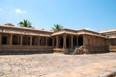 Claustros y Mandapa, esquina del noroeste, templo de Airavatesvara, Darasuram, Tamil Nadu fotos de archivo libres de regalías