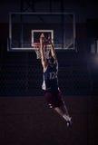 Clavada del jugador de básquet, en aire imágenes de archivo libres de regalías