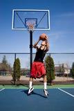Clavada reversa del baloncesto imagenes de archivo