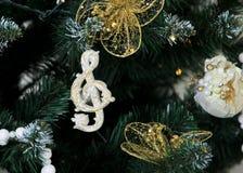 Clave blanca Decoración en el árbol de navidad Foto de archivo libre de regalías