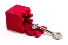 Clave con un rompecabezas del cubo. Fotografía de archivo libre de regalías