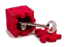Clave con un rompecabezas del cubo. Imágenes de archivo libres de regalías