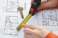 Clave de la casa, medida y plan arquitectónico Fotos de archivo libres de regalías