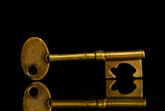 Clave de oro en fondo negro imágenes de archivo libres de regalías