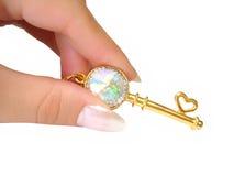 Clave de oro en la mano aislada Imagen de archivo libre de regalías