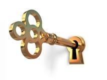 Clave de oro en ojo de la cerradura Fotos de archivo libres de regalías