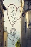 Clave de sol en la iluminación del corazón con el fondo de Lago di Garda Foto de archivo libre de regalías
