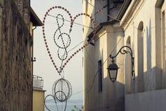 Clave de sol en la iluminación del corazón con el fondo de Lago di Garda Imagen de archivo libre de regalías