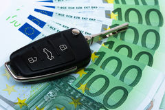 Clave del coche en el dinero imágenes de archivo libres de regalías
