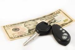 Clave del coche y una cuenta de diez dólares americanos Imagenes de archivo