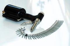 Clave el arma y los remaches, arma de remache neumático y los remaches del estallido en un w imágenes de archivo libres de regalías
