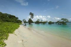 Clave el cielo azul de la isla con las nubes blancas, islas de Andaman, la India imagen de archivo