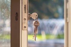 Clave en bloqueo de puerta Foto de archivo libre de regalías