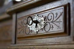 Clave en un ojo de la cerradura Foto de archivo libre de regalías