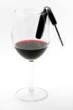Clave en un vidrio de vino, programa piloto bebido del coche Foto de archivo libre de regalías