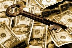 Clave esquelético y dinero Imagenes de archivo