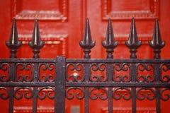 Clave la cerca del hierro labrado delante de la puerta roja en el colegio de internos, NY Fotos de archivo libres de regalías
