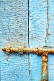clave la pintura pelada sucia en la puerta de madera azul Fotos de archivo libres de regalías