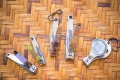 Clave los accesorios utilizados para el corte y el clavo limpio puesto en la cesta de madera, mira el vintage Imagen de archivo
