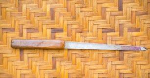 Clave los accesorios utilizados para el corte y el clavo limpio puesto en la cesta de madera, mira el vintage Foto de archivo libre de regalías